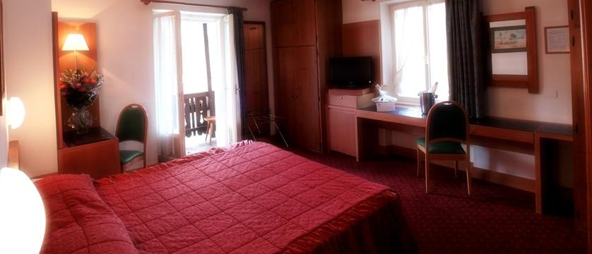italy_cortina_d'ampezzo_hotel_majoni_bedroom.jpg